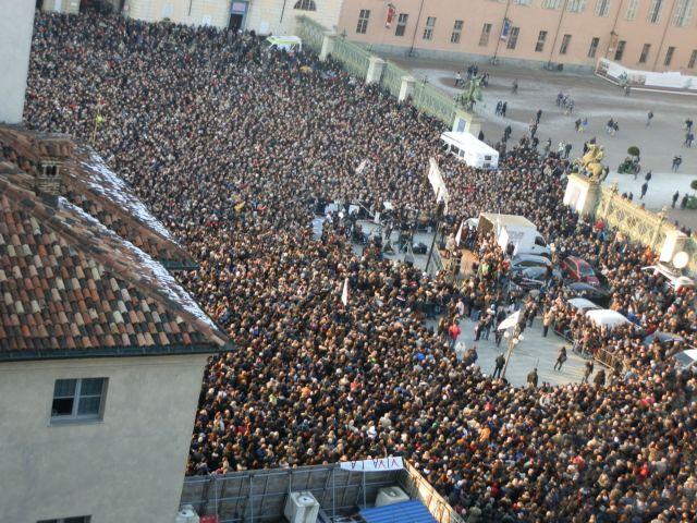 Piazza Castello piena per Beppe Grillo