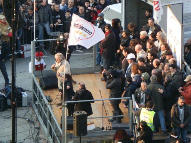 Grillo sul palco a Torino